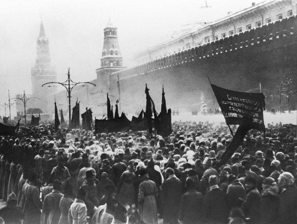 mourners gather by the kremlin walls for the funeral of vladimir  mourners gather by the kremlin walls for the funeral of vladimir lenin on 27 1924