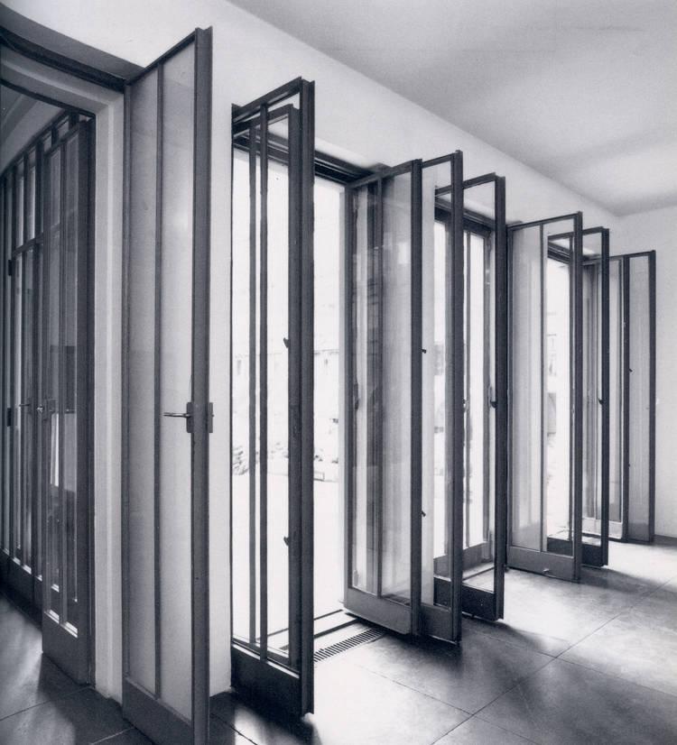 Haus wittgenstein las puertas de vidrio transparente for Puertas de comedor